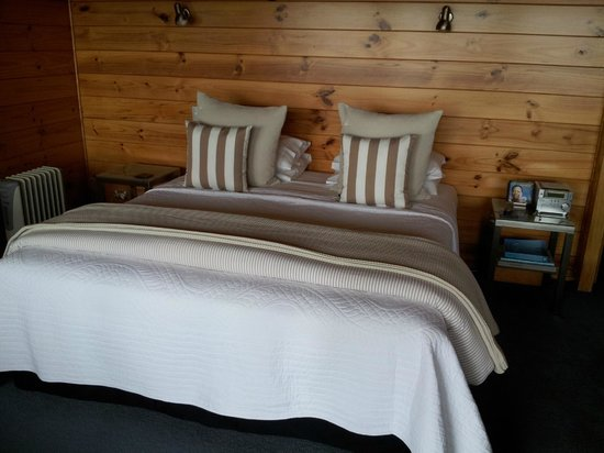 Te Whau Lodge: Comfortable bed