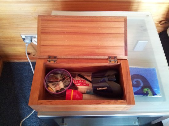 Te Whau Lodge: Little box of extras in the room. The Binoculars were handy