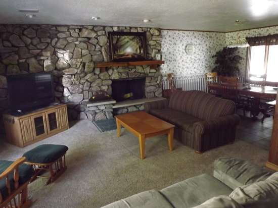 Rustic Manor Motor Lodge: Living room of the rental house