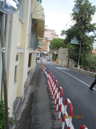 Jonic Hotel Mazzaro: street in front of hotel