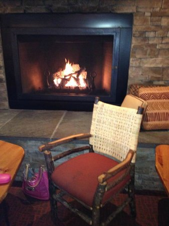 Bear Creek Mountain Resort : Cozy fire in the bar area where we watched a football game and relaxed with drinks.