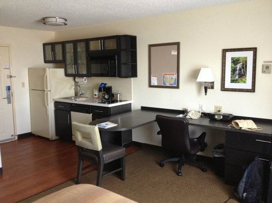Candlewood Suites Clearwater : kitchenette & work table/desk