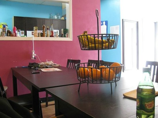 Wicked Hostels - Calgary : Some of the dining area