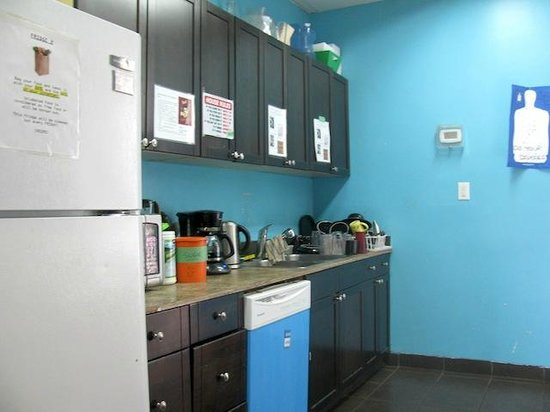 Wicked Hostels - Calgary: Kitchen