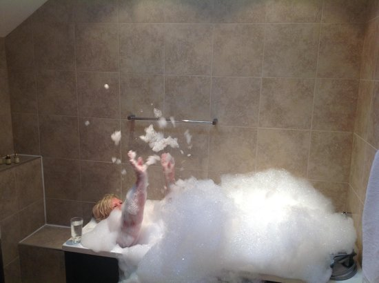 Tilford Woods Lodge Retreat: Little too much bubble bath