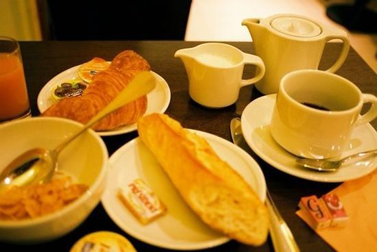 Hotel de l'Europe : シリアルもあり。チーズやハムはないですが、お昼のことを考えると丁度良い。パン美味しいです。