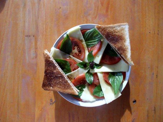 Tolzer Hutte: Das Oktoberspezial: Tomate- Mozarella mit Balsamicovinigret und Toast.