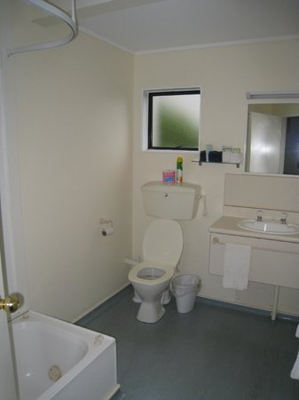 Wrights by the Sea Motel : Bathroom - spa bath and shower not visible