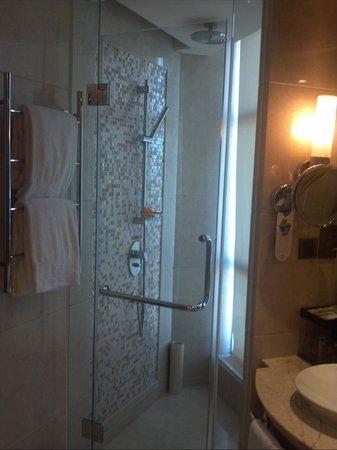 Howard Johnson Plaza Waigaoqiao Shanghai: シャワー室