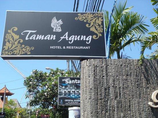 Taman Agung Hotel: 通りに看板が出て、奥に入って行きます