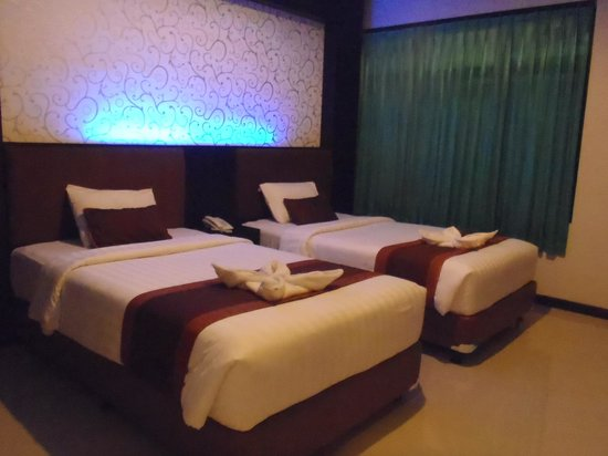 Taman Agung Hotel: ベットの上にタオルで花?広い位でベットの前の壁にTV