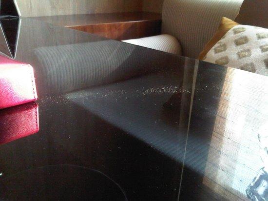 Gran Melia Jakarta: dusty table