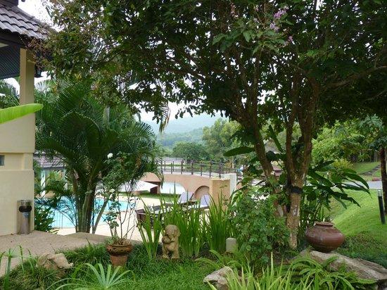 Suansawan Resort Chiang Mai : Piscine et jardin