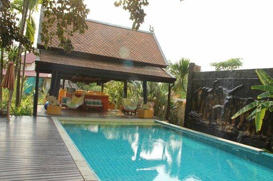 Dreamcatchers B&B : Swimming pool & covered cabana