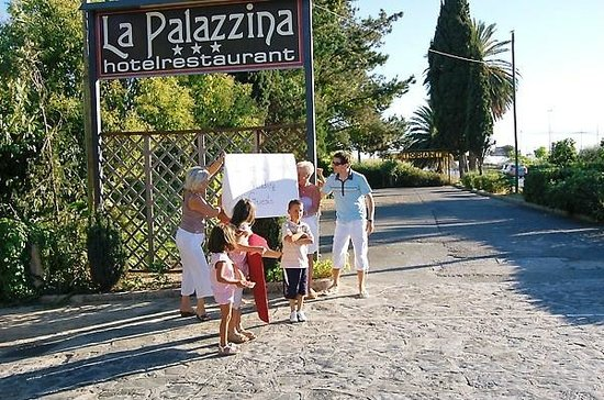 Hotel Ristorante La Palazzina: as you come off the street... wating for some guests
