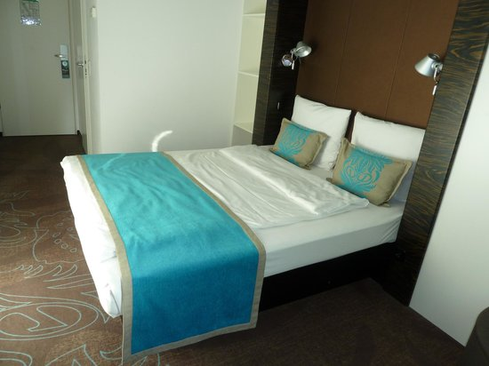 Motel One Berlin-Bellevue: Double bed but with a single duvet?
