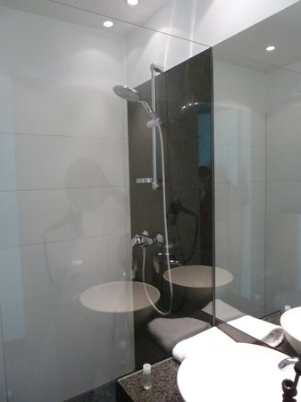 Motel One Berlin-Bellevue: Shower room