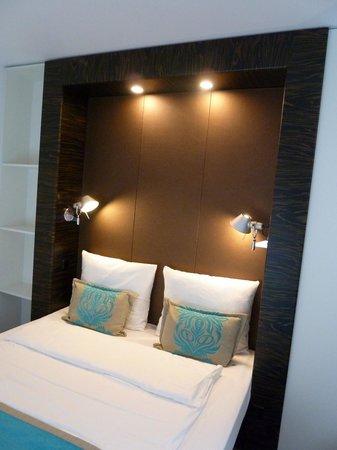 Motel One Berlin-Bellevue: Plenty of lighting in room