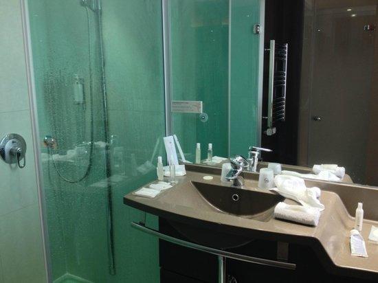 Hotel Oceania Paris Porte de Versailles : doccia/lavabo