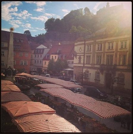 Hotel Weisses Ross: View from breakfast room to the market place, top right castle :)