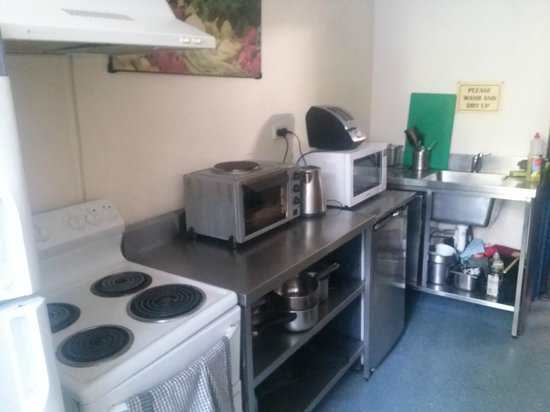 Hyde Park Backpackers : Well equipped clean kitchen and dining room