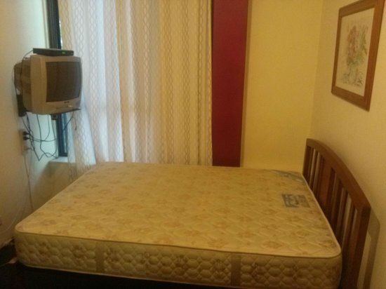 Hyde Park Backpackers: Queen bed with good mattress