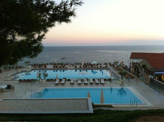 Park Plaza Verudela Pula : Vista della piscina al tramonto, relax di fine stagione.