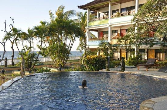 Bali Grand Sunsets Resort & Spa: La piscine et les meilleures chambres, en haut ...