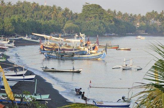 Bali Grand Sunsets Resort & Spa : La plage, les pêcheurs, juste à côté de l'hôtel