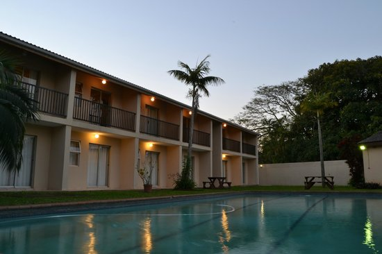 Tradewinds Country Inn: The Large Swimming pool area