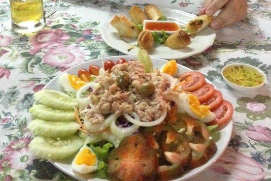 Samui Paleang Restaurant: Спринг роллы и салат из тунца