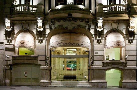 Hotel Montecarlo Barcelona: La fachada del edificio es preciosa iluminada de noche