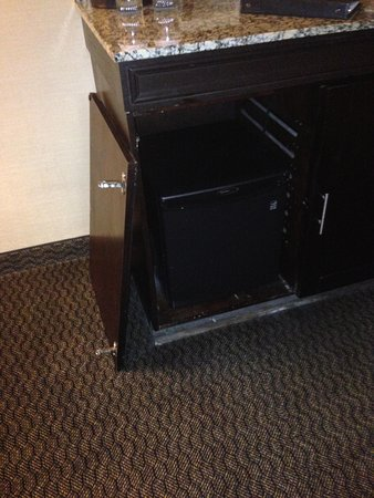 Embassy Suites by Hilton Birmingham: broken door