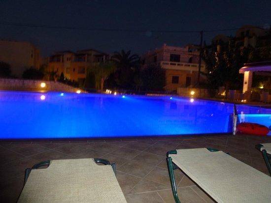 Creta Palm: zwembad veranderde 's avonds van kleur