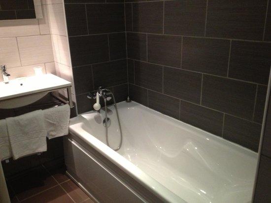 Hotel Restaurant Portes de Meuse : salle de bain familiale