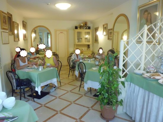 Hotel Savoia: Breakfast restaurant, only a few tables