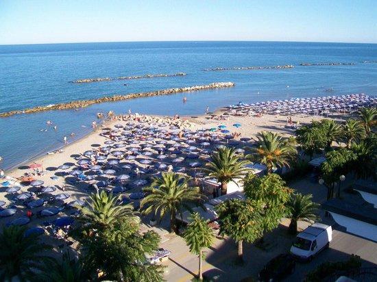 Sympathy Hotel : La spiaggia vista dalla terrazza del Sympathy