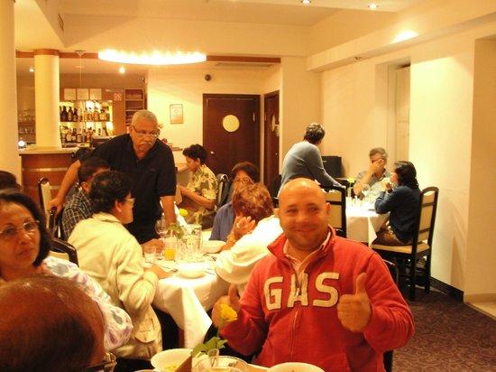 Hotel Atrium: Hotel dinning / bar area