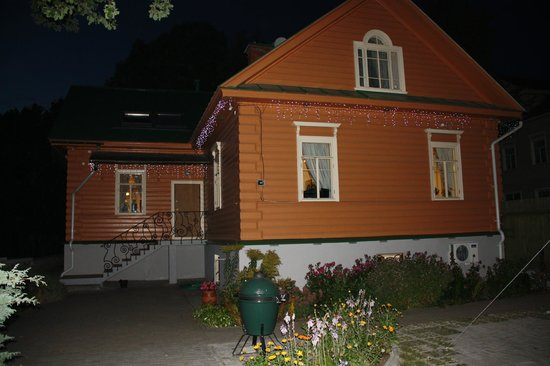 Guest house at Pokrovka: На открытой площадке рядом с отелем