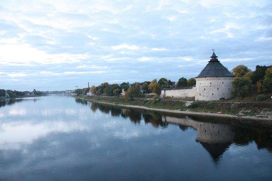 Guest house at Pokrovka: Отель - домик желтого цвета на берегу реки Великая