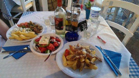 Myrtios Restaurant: Pork gyros, garlic lamb and Greek salad.