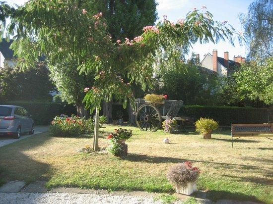 Hotel des Ducs Alencon : Garden at Hotel des Ducs