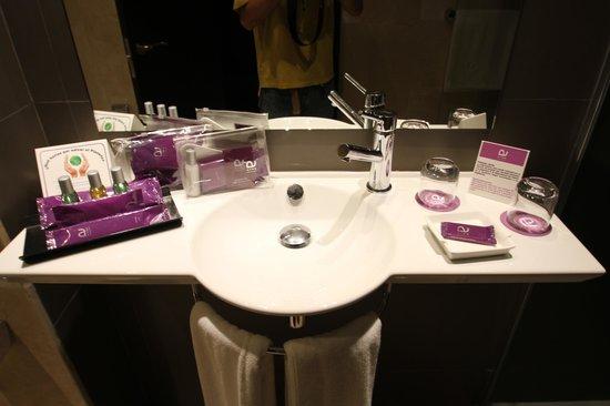 Ayre Hotel Sevilla: 洗面台とアメニティ
