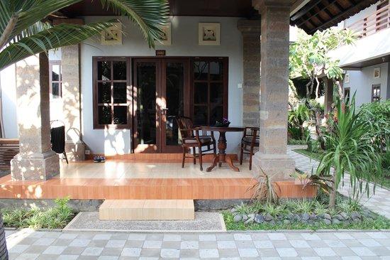 Puri Sading Hotel: Balcony / Porch area