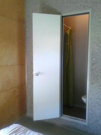 Lausanne Youth Hostel: Blick: links Dusche, rechts WC