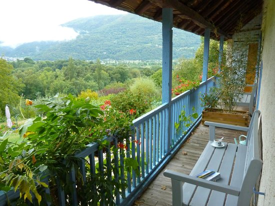 B&B Eth Berye Petit: The balcony that looks to the mountains.