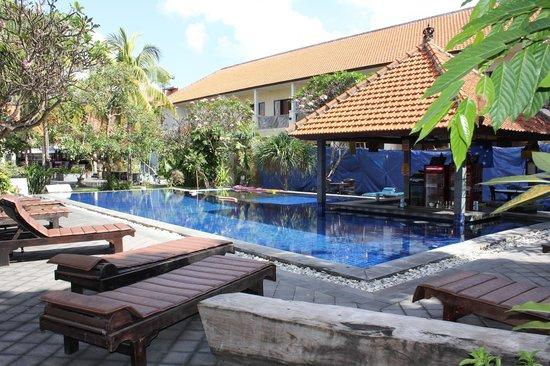 Garden View Resort: Pool area / swim up bar