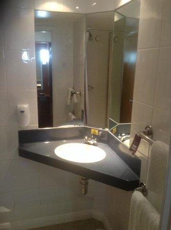 Premier Inn Birmingham (Great Barr/M6 J7) Hotel: good functional bathroom