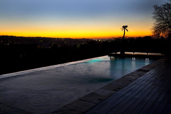 Aloe Lane Guest Lodge: sunset over pool