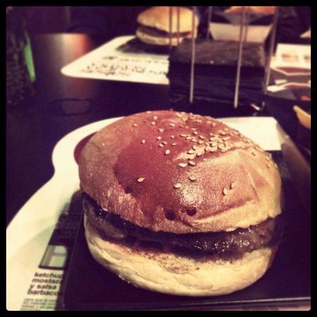Hamburguesa Nostra: Oporto con pan de sésamo sin cebolla pochada acompañada de la salsa mostaza y miel. Insuperable.